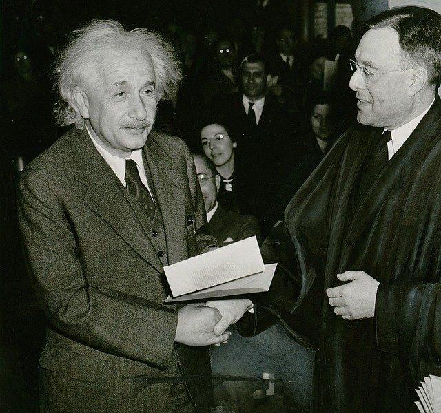 Albert Einstein odbierający medal członkostwa Towarzystwa Królewskiego