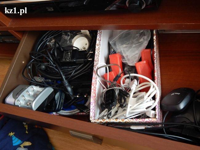 bałagan w szufladzie z kablami
