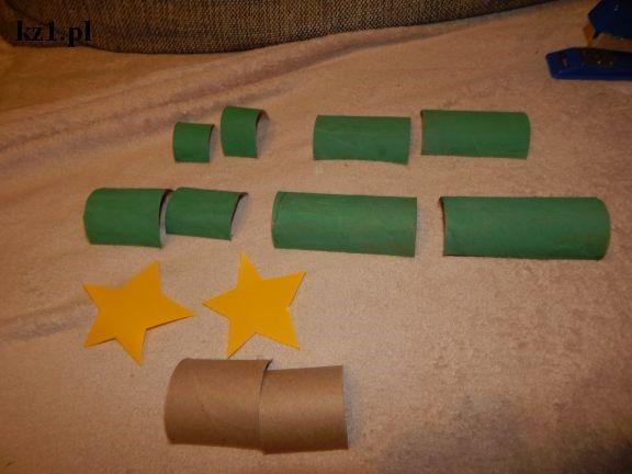 przecięte zielone rolki po papierze, żółte gwiazdki