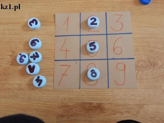 tablica z cyframi i nakrętkami