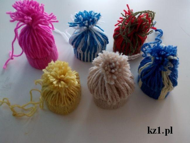 ozdobne czapeczki z wełny na choinkę