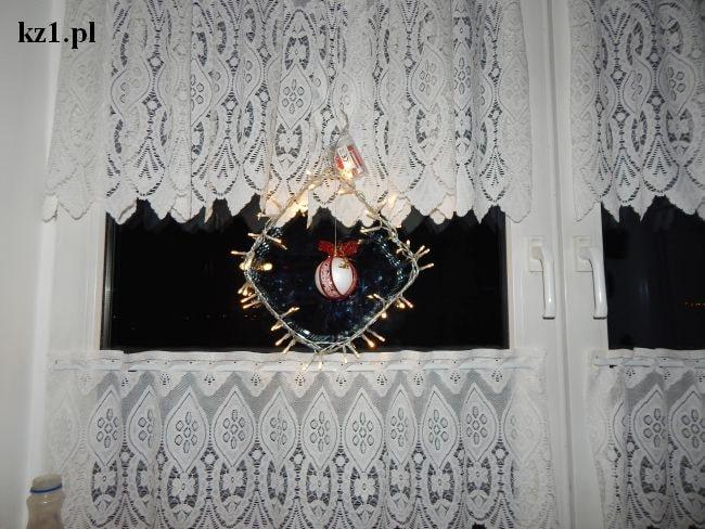 ozdoba okna na święta z bombką