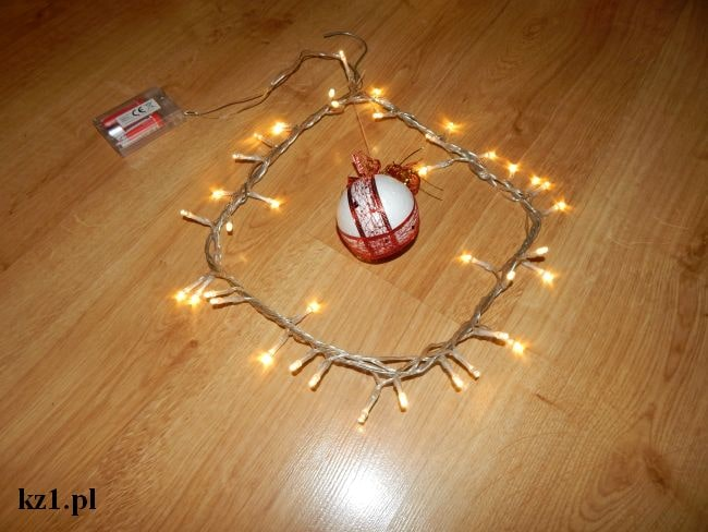 ozdoba świąteczna z wieszaka i lampek
