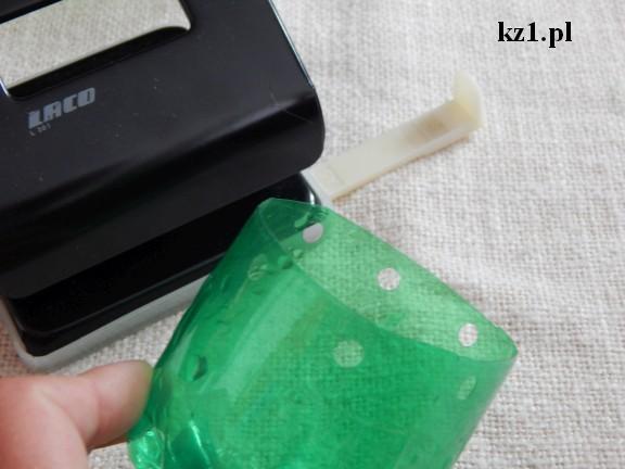 dziurki w butelce zrobione dziurkaczem