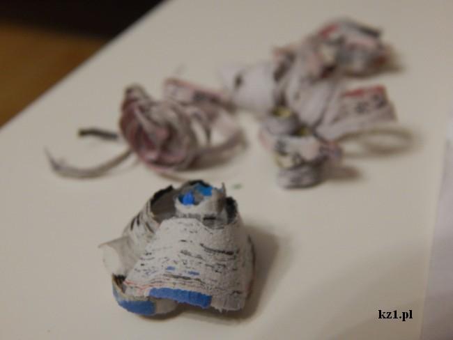 ścinki z gazety pozostałe po ostrzeniu kredki