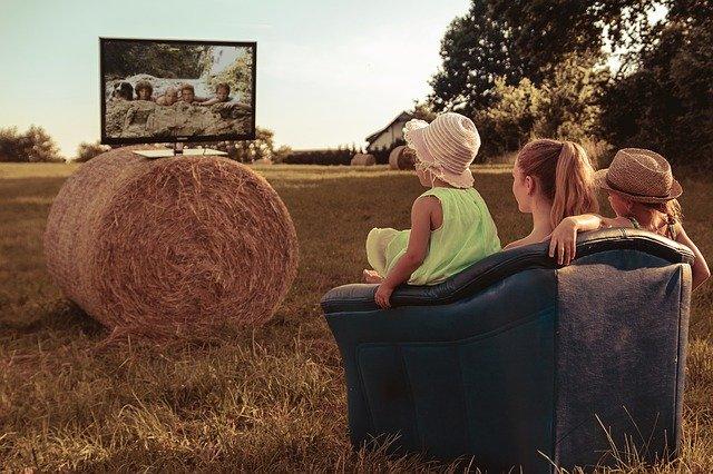 gogglebox przed telewizorem zdjęcie