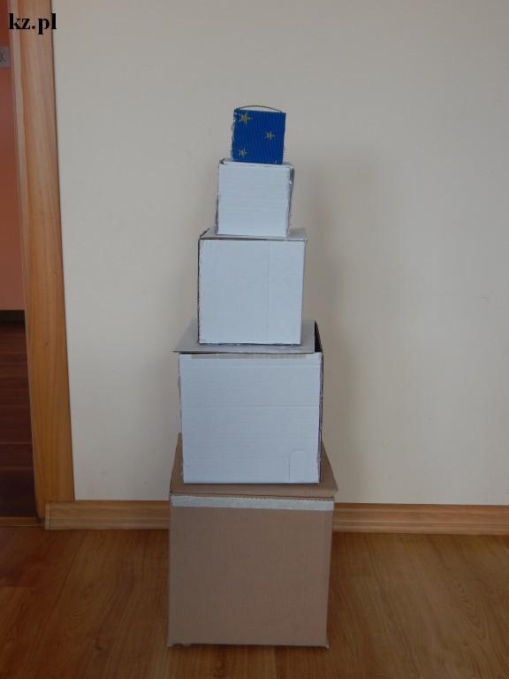 wieża z pudełek