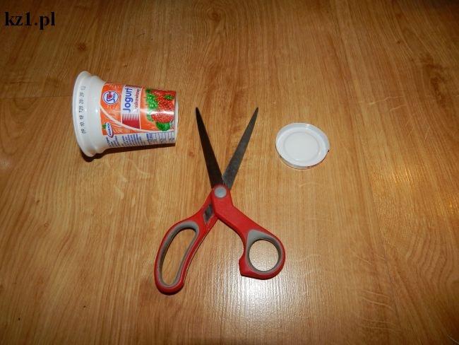 odcięte dno kubeczka po jogurcie