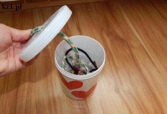 plastikowe pudełko ze sznurkami w środku