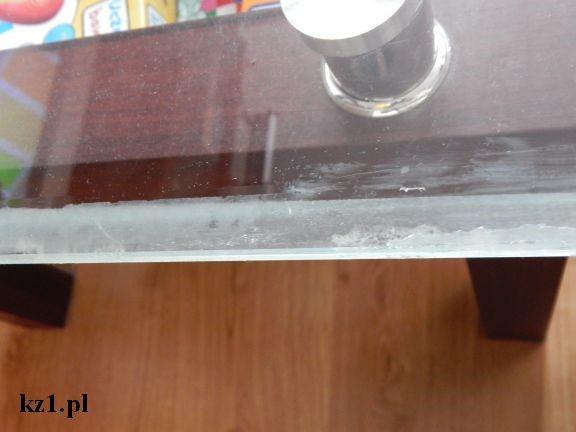 brudna szklana ława od kleju z taśmy klejącej