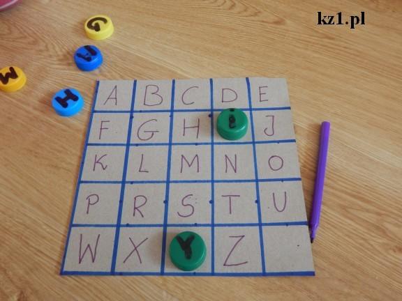 tablica z literami i nakrętkami