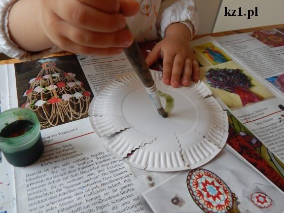 malowanie na zielono papierowego talerza