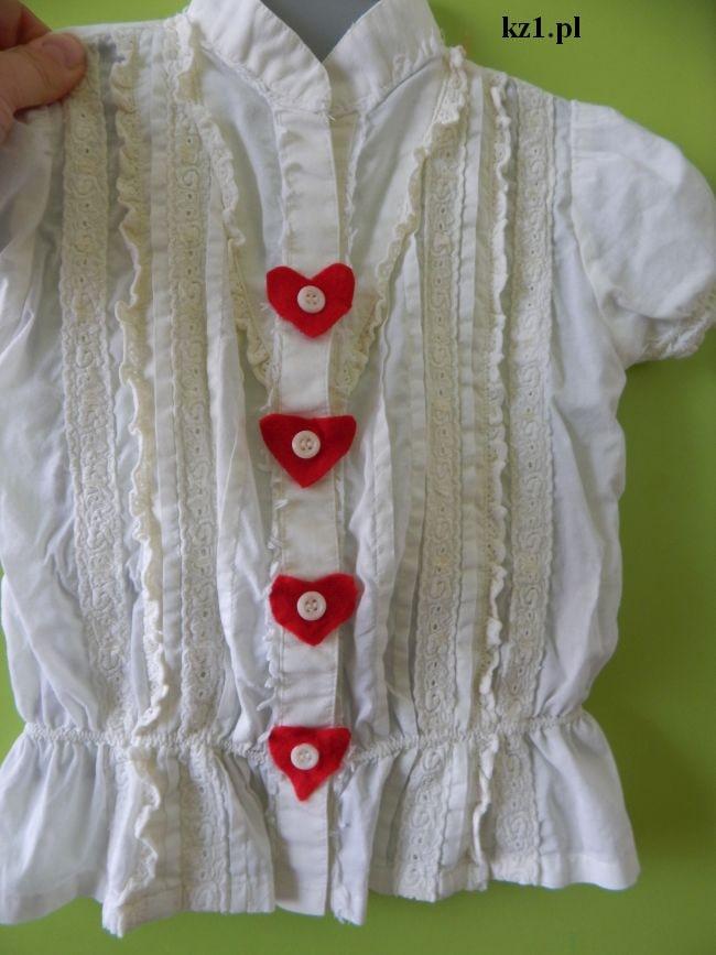 serduszka z filcu nałożone na guziki koszuli