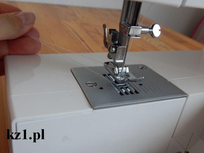 dwie nitki - górna i dolna - w maszynie do szycia