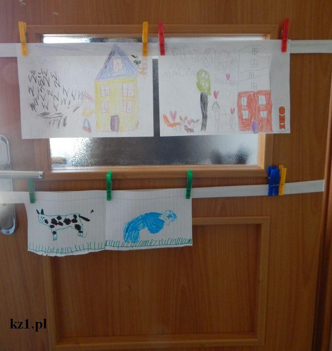 rysunki powieszone na drzwiach