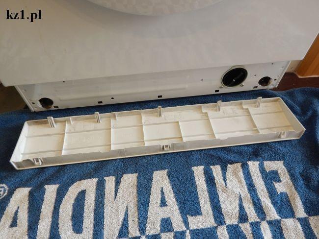 otwieranie panelu, w którym znajduje się filtr pompy