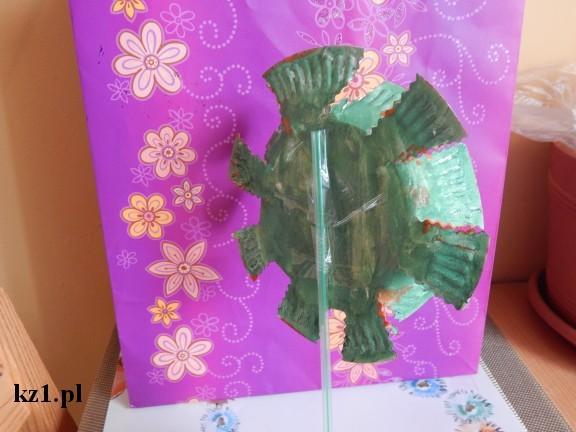 tył kwiatak z papierowego talerzyka