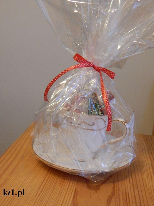 filiżanka zapakowana w celofan na prezent