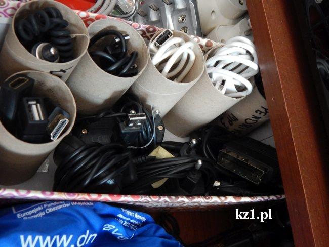kable ułożone w rolkach po papierze
