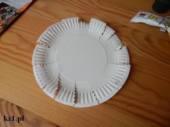 papierowy talerz z naciętymi brzegami dookoła