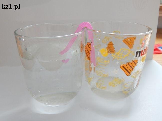 słomka przelewa wodę naczynia połączone
