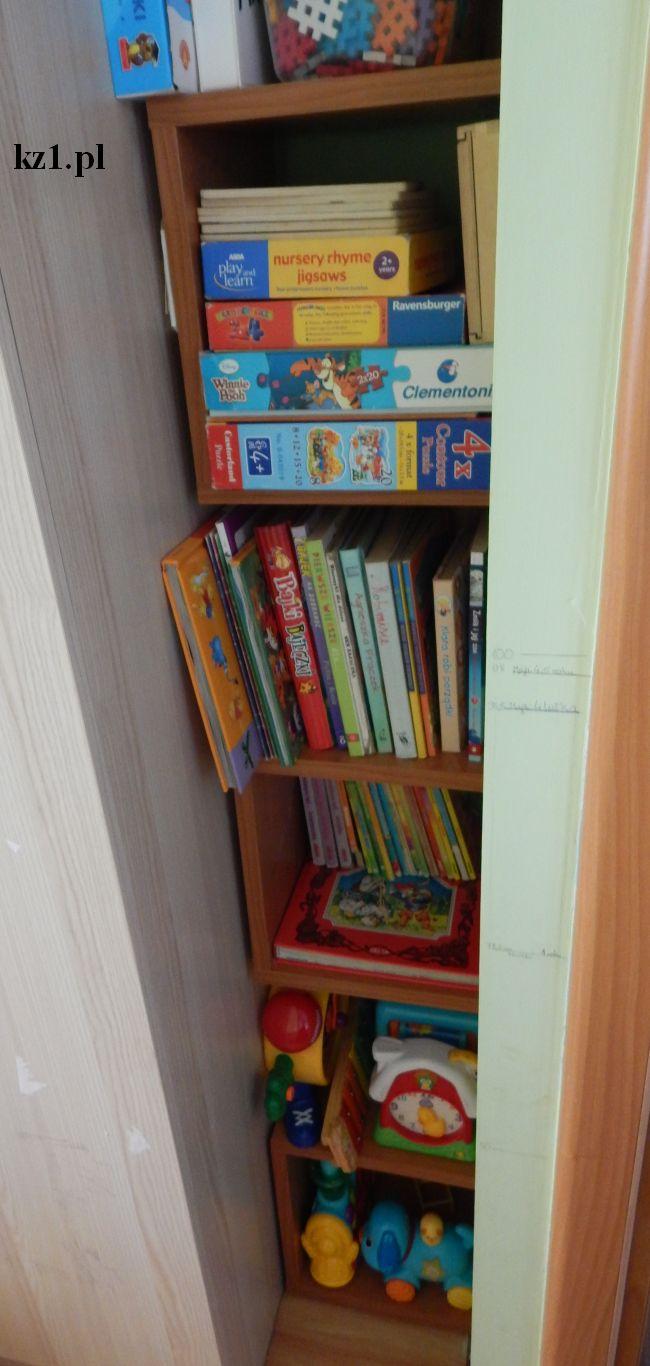 regał wypełniony puzzlami, książkami i zabawkami grającymi