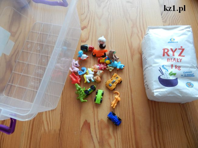 zabawki kinder, pudełko i ryż