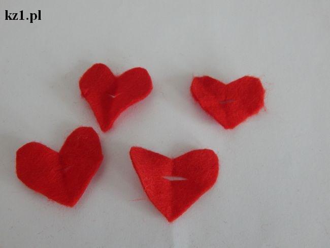 czerwone serduszka z filcu