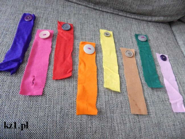 kolorowe paski i guziki do zapinania