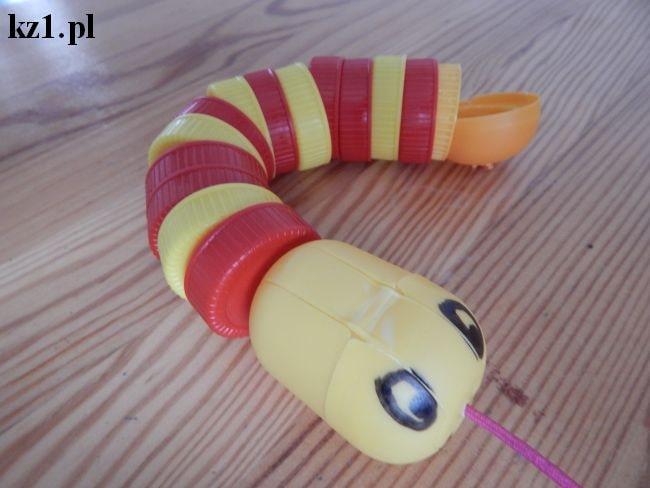 wąż z nakrętek po mleku