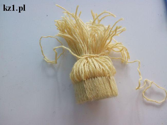wiązanie końcówek wełnianej czapki