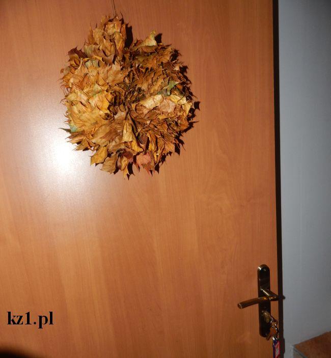 wianek na drzwi z jesiennych liści