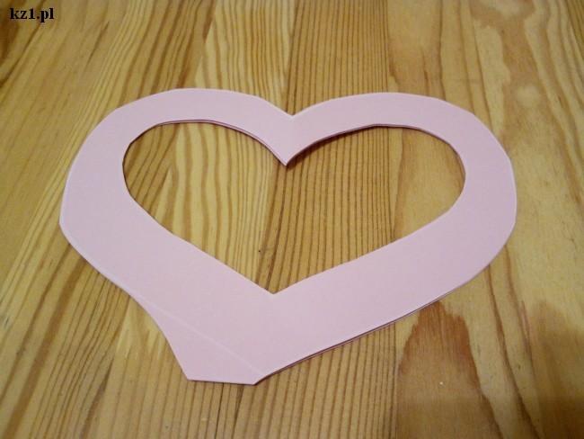 wycięta ramka w kształcie serca z papieru