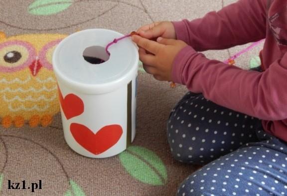 wyciąganie sznurka z pudełka