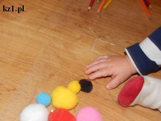 zabawa manualna dla niemowląt