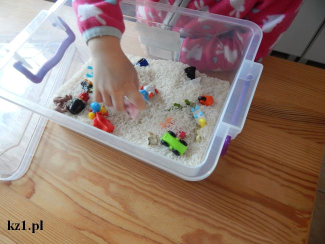 zabawa w pudełku z ryżem