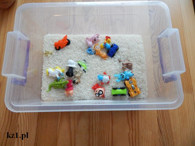 ryż i zabawki w pudełku
