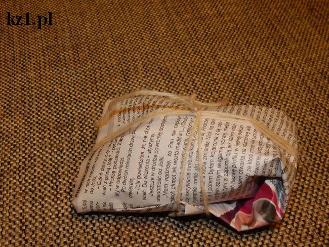 prezent zapakowany w gazetę