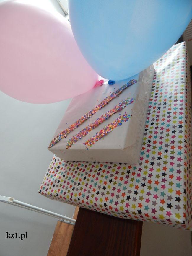 prezent ozdobiony balonami i taśmą brokatową