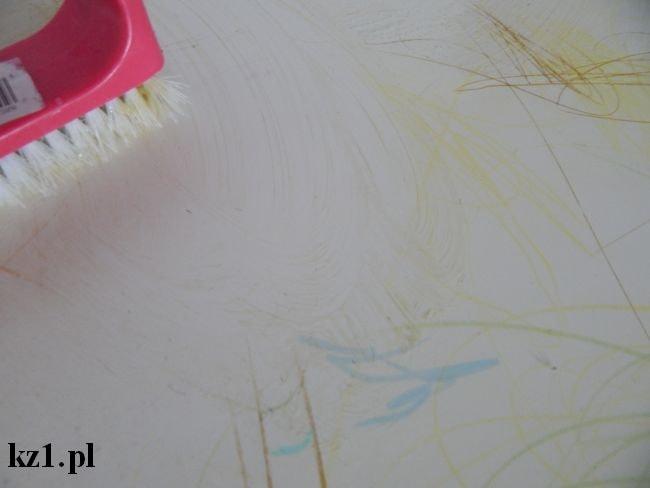 zmywanie kredki ze stolika za pomocą pasty do zębów