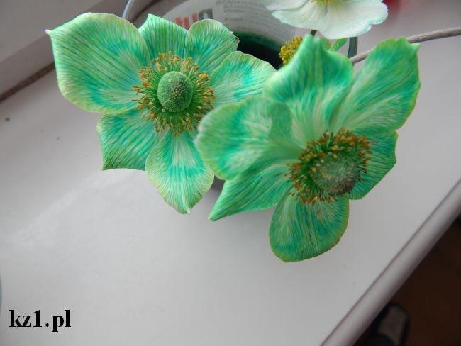 białe kwiaty zabarwione zielonym barwnikiem