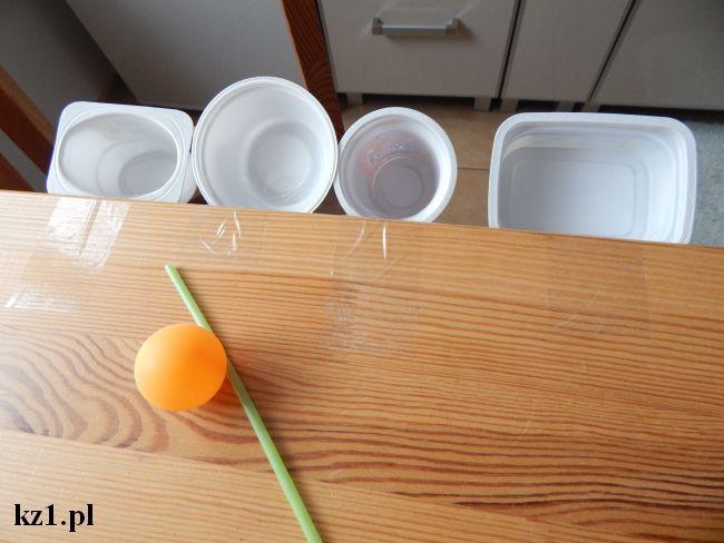 kubeczki po jogurtach, piłeczka i słomka do zabawy