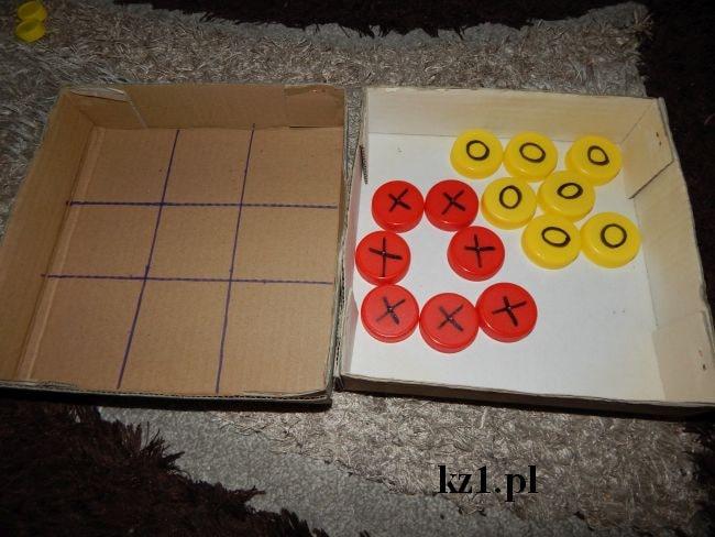 plansza do gry w kółko i krzyżyk oraz pionki