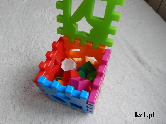 kostka kolorowa plastikowa z klockami w różnych kształtach