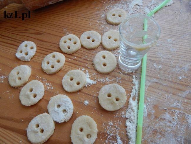 kruche ciasteczka w kształcie guziczków