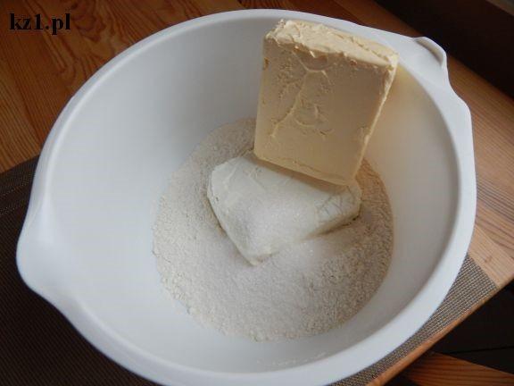 twaróg, masło i mąka w misce