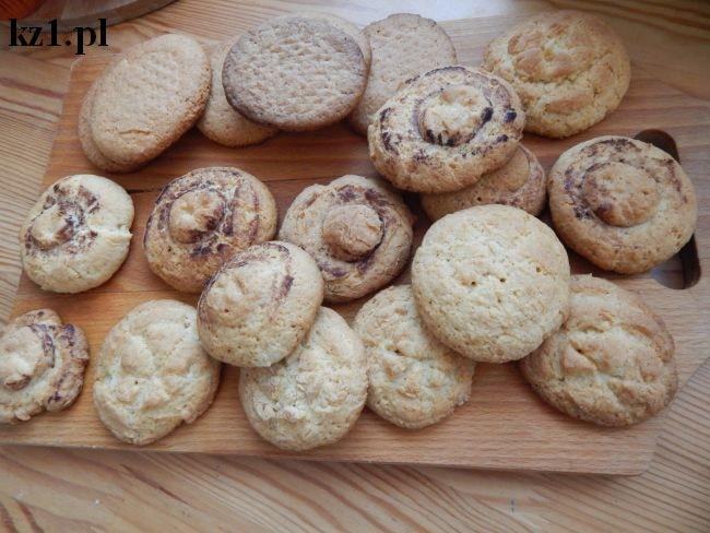 ciasteczka kruche w różne wzory po upieczeniu