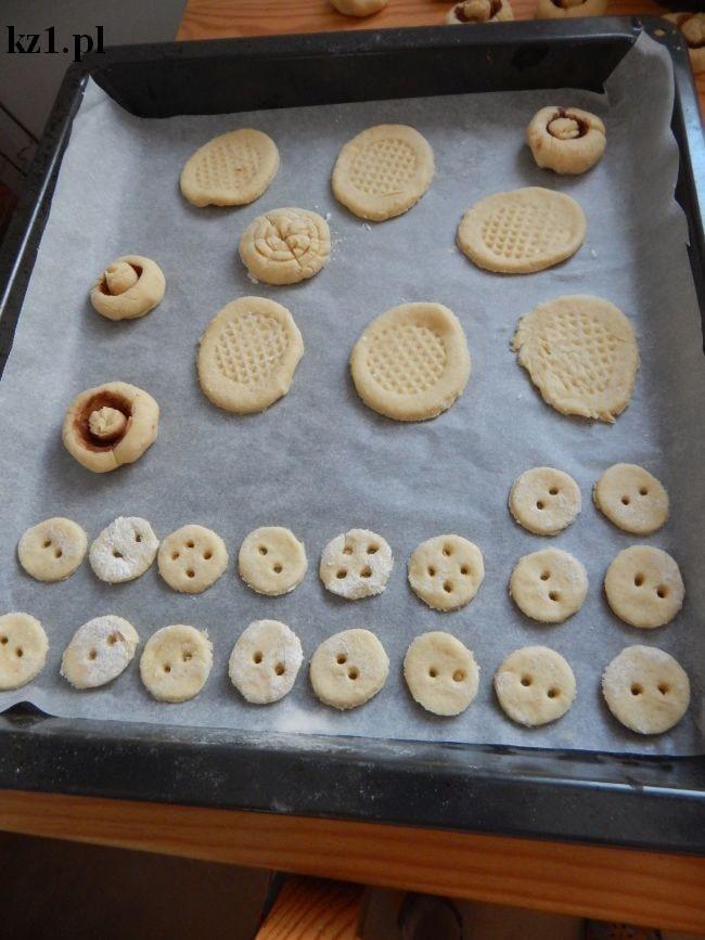 surowe ciasteczka kruche ułożone na blaszce