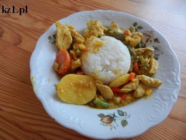 kurczak curry z warzywami i ryżem białym