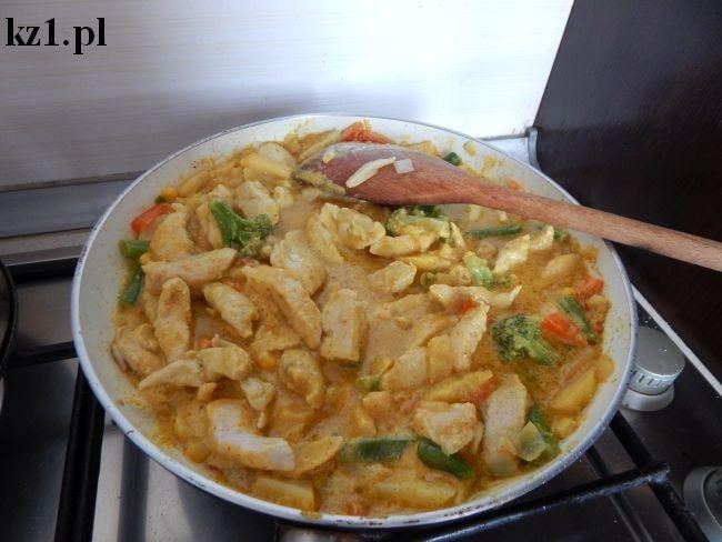 kurczak w sosie curry z patelni